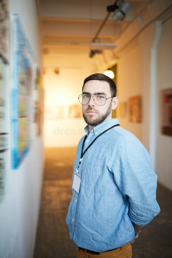 Hombre pensativo en Art Gallery fotografía de archivo