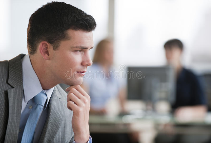 Hombre pensativo en oficina imagen de archivo