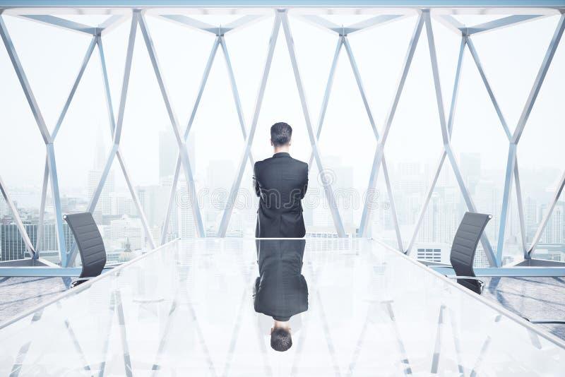 Hombre pensativo en sala de reunión imagenes de archivo