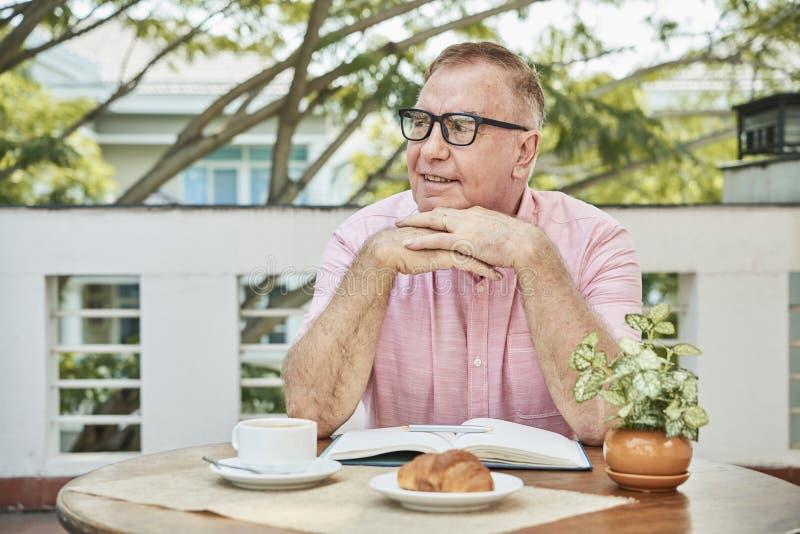 Hombre pensativo que goza del desayuno fotos de archivo libres de regalías
