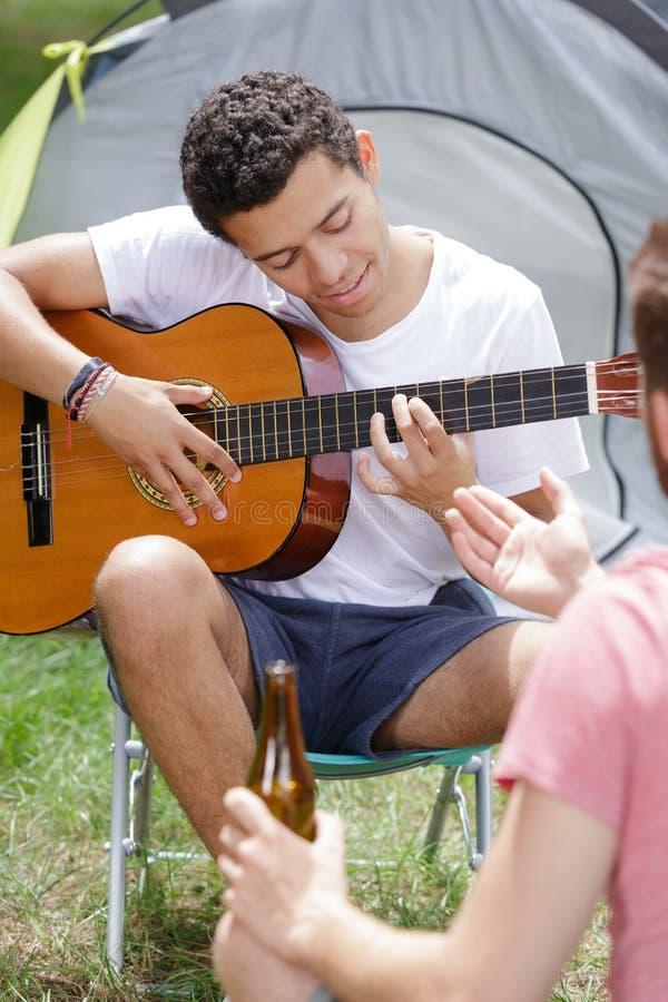 Hombre pensativo que juega el bosque de la guitarra fotos de archivo libres de regalías