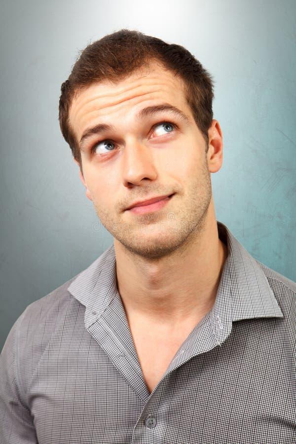 Hombre pensativo que piensa y que mira para arriba imagen de archivo