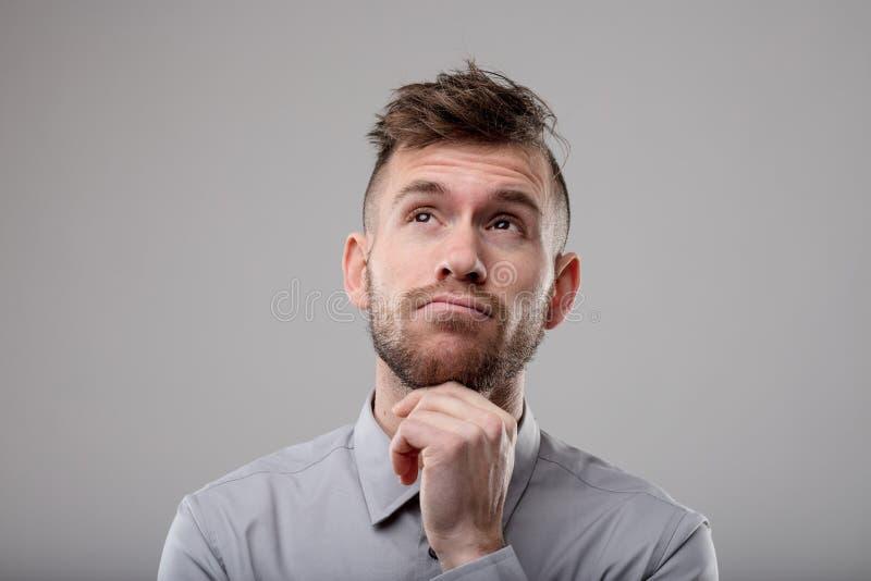 Hombre pensativo que reflexiona un problema fotografía de archivo