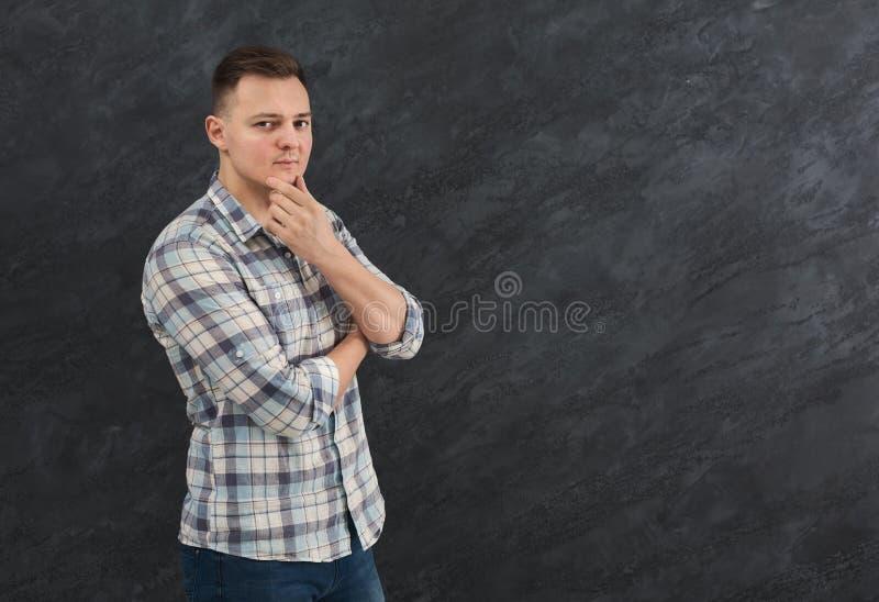 Hombre pensativo que toca su barbilla, espacio de la copia imagenes de archivo