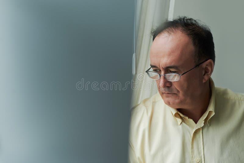 Hombre pensativo triste imagenes de archivo