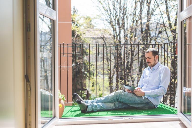 Hombre polivalente de las multimedias del negocio elegante foto de archivo libre de regalías