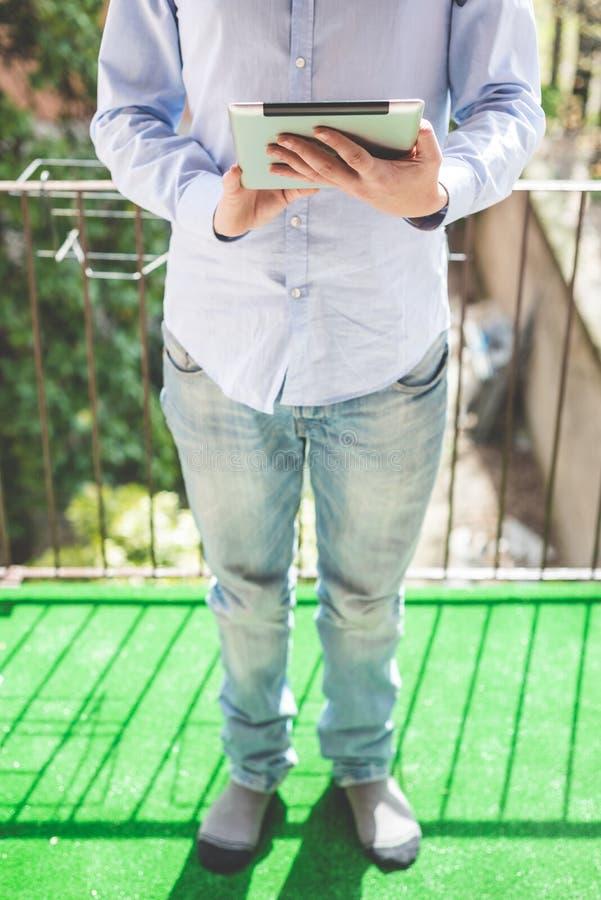 Hombre polivalente de las multimedias del negocio elegante foto de archivo