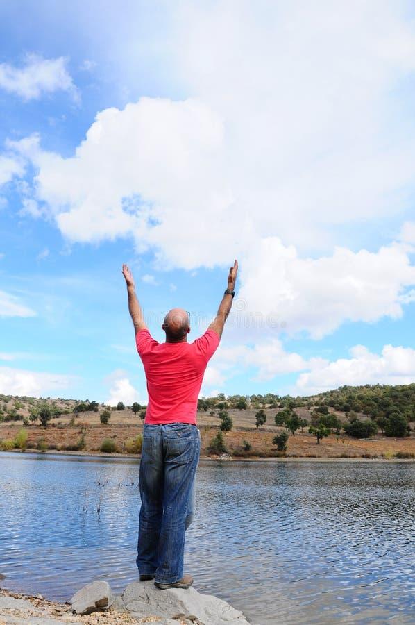 Hombre por el lago foto de archivo