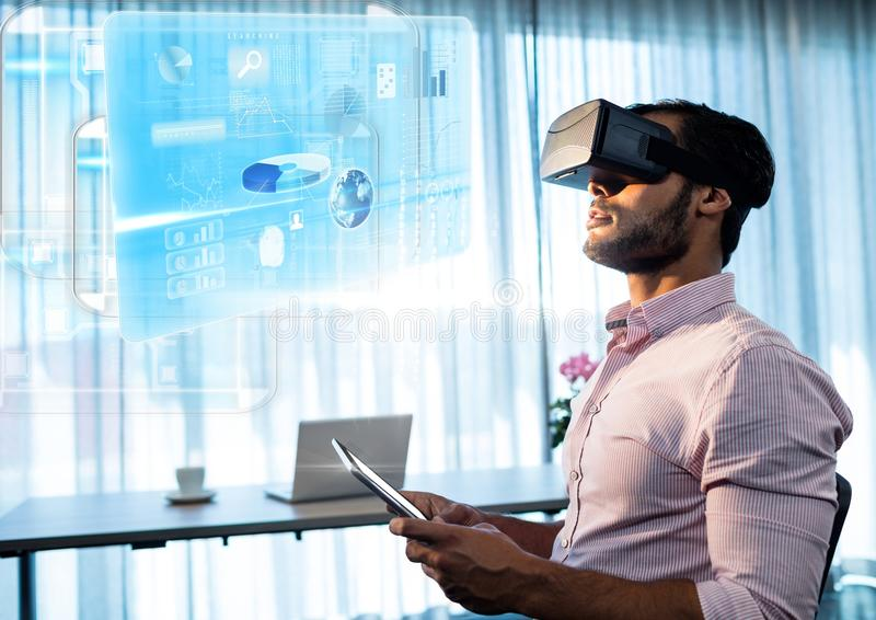 Hombre por la ventana que lleva las auriculares de la realidad virtual de VR con el interfaz stock de ilustración