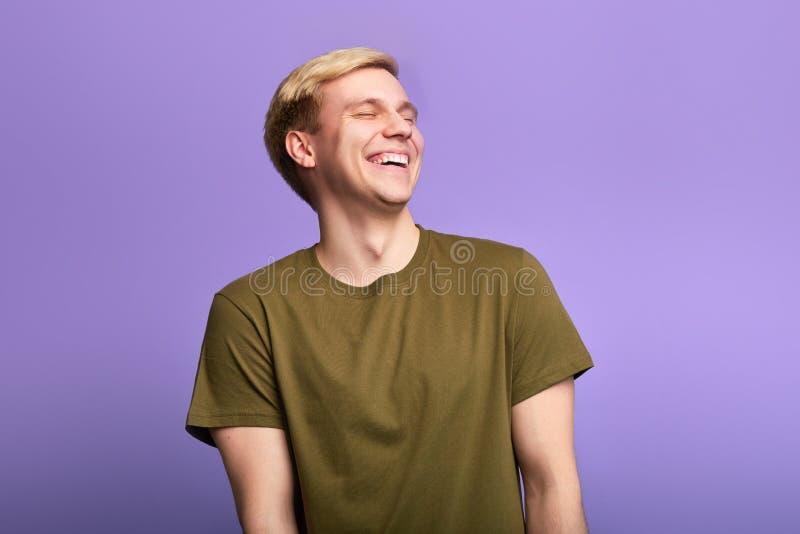 Hombre positivo alegre con los ojos cerrados, risas positivamente imagen de archivo libre de regalías