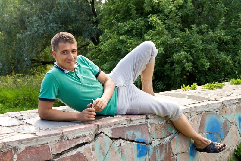 Hombre positivo atractivo que presenta al aire libre imagen de archivo libre de regalías