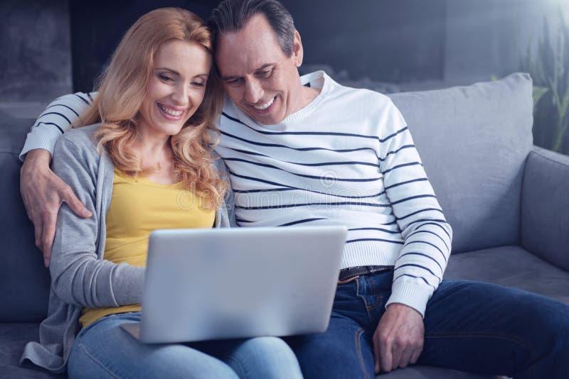 Hombre positivo feliz que abraza a su esposa fotografía de archivo libre de regalías