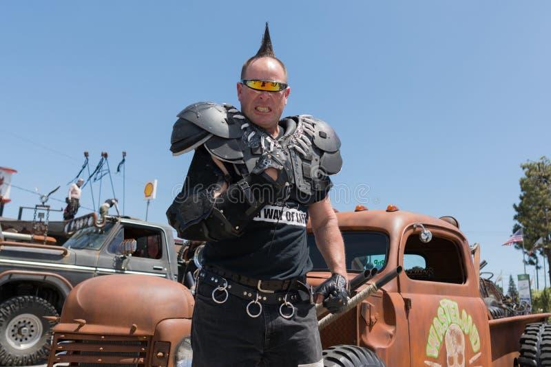 hombre Posts-apocalíptico del traje de la supervivencia fotografía de archivo
