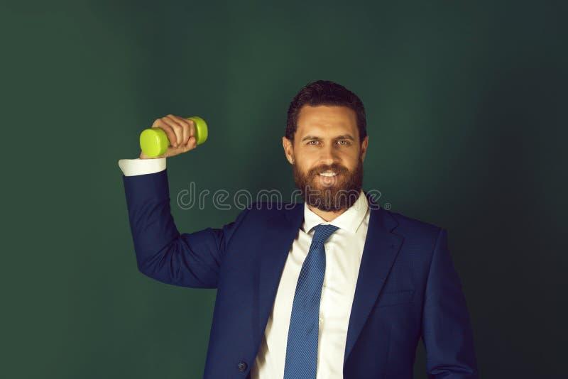 Hombre potente feliz u hombre de negocios sonriente con el barbell pesado, negocio fotos de archivo