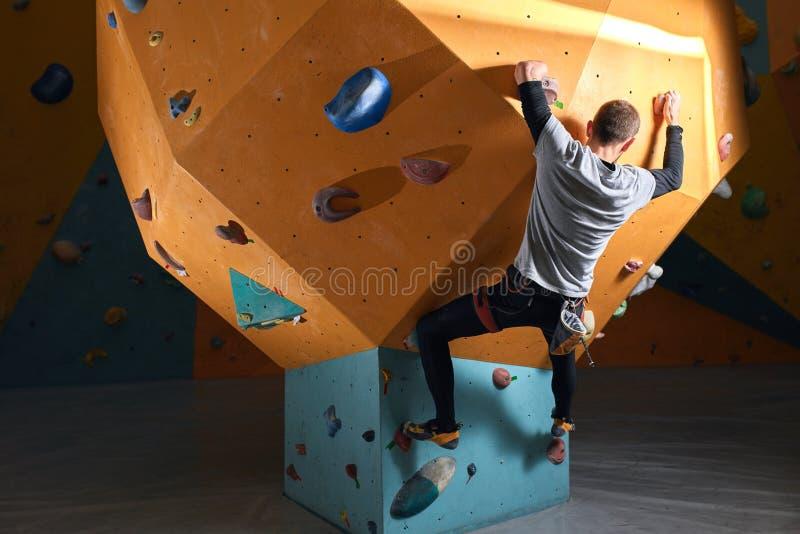 Hombre potente sin el entrenamiento del antebrazo en el centro bouldering fotografía de archivo