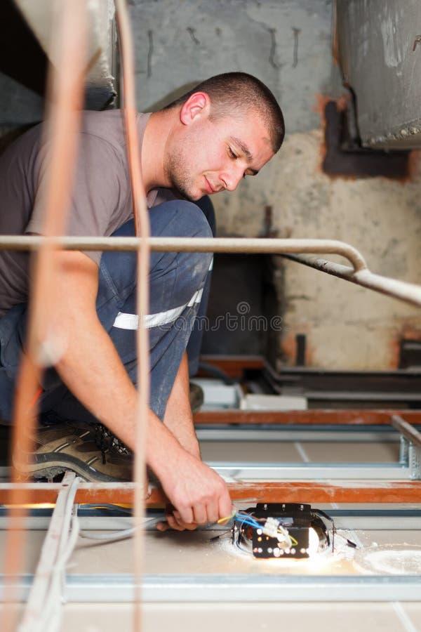 Hombre práctico que trabaja con los cables fotografía de archivo libre de regalías