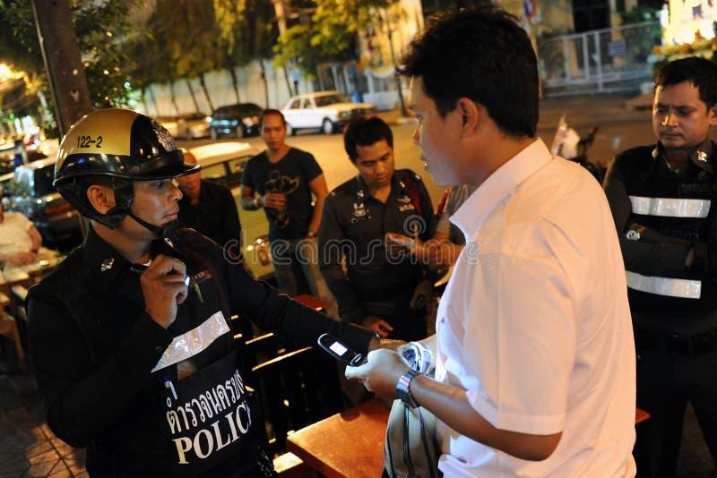 Hombre preguntado por la policía foto de archivo