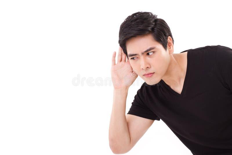 Hombre preocupante, infeliz, nervioso que escucha las malas noticias, tiro del estudio imagen de archivo libre de regalías