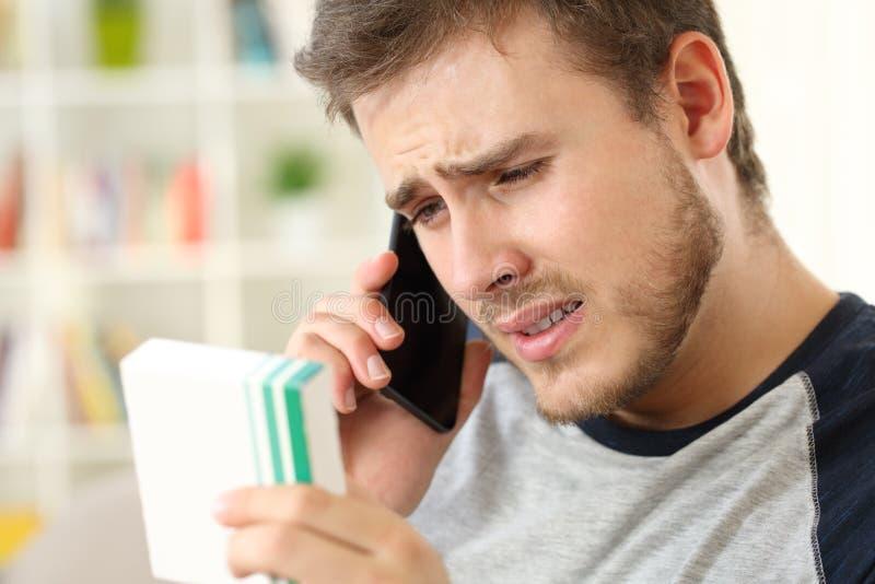 Hombre preocupante que llama al doctor que pregunta por medicinas imagen de archivo libre de regalías