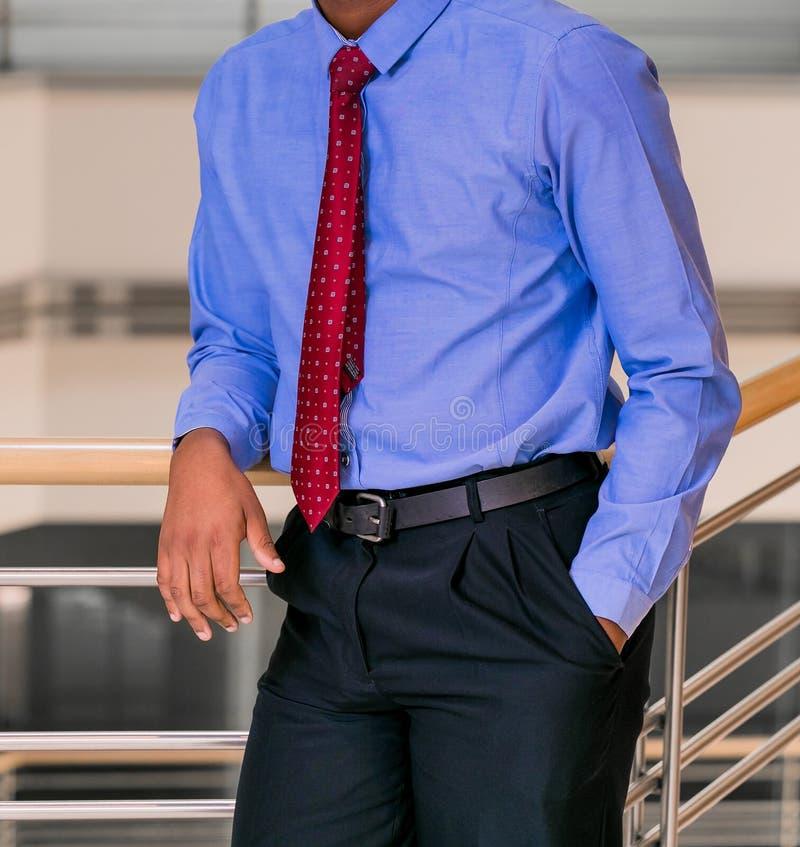 Hombre Principal Cosechado En Una Camisa De Vestir Elegante