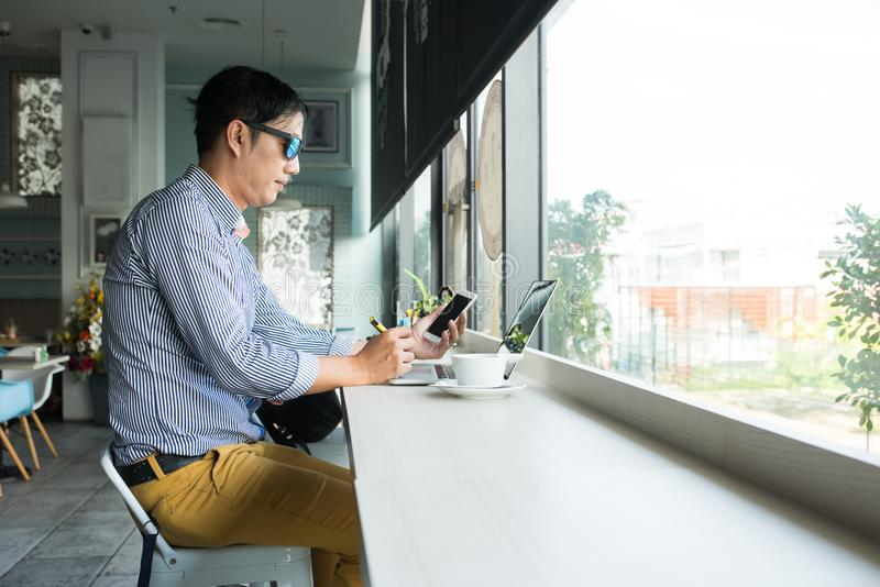 Hombre profesional asiático casual del empresario trabajar-en fuera de fotos de archivo libres de regalías