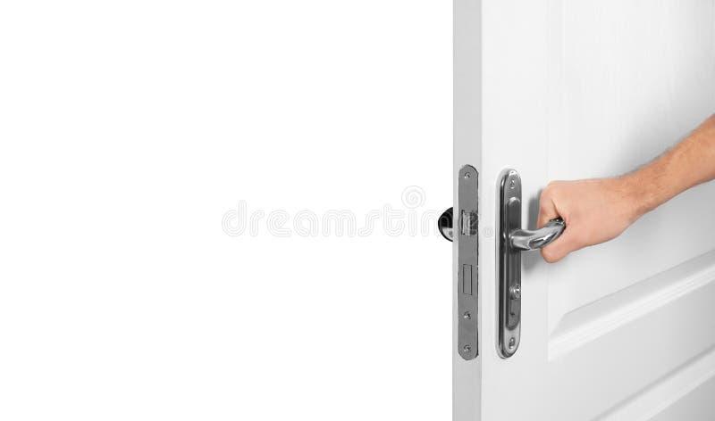 Hombre que abre la puerta de madera ligera en blanco fotos de archivo libres de regalías