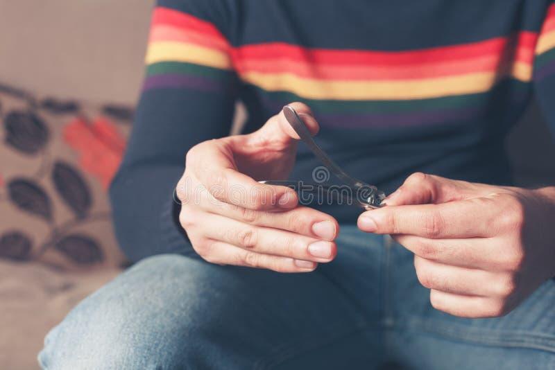 Hombre que acorta sus clavos del finger fotografía de archivo