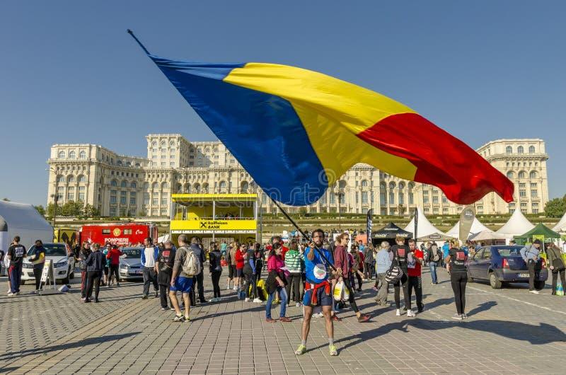 Hombre que agita la bandera rumana gigante fotografía de archivo