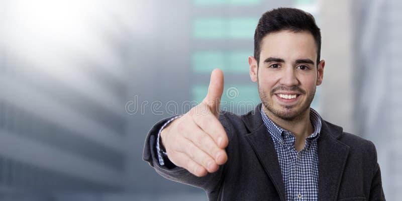 Hombre que agita sonriente de los jóvenes imagenes de archivo