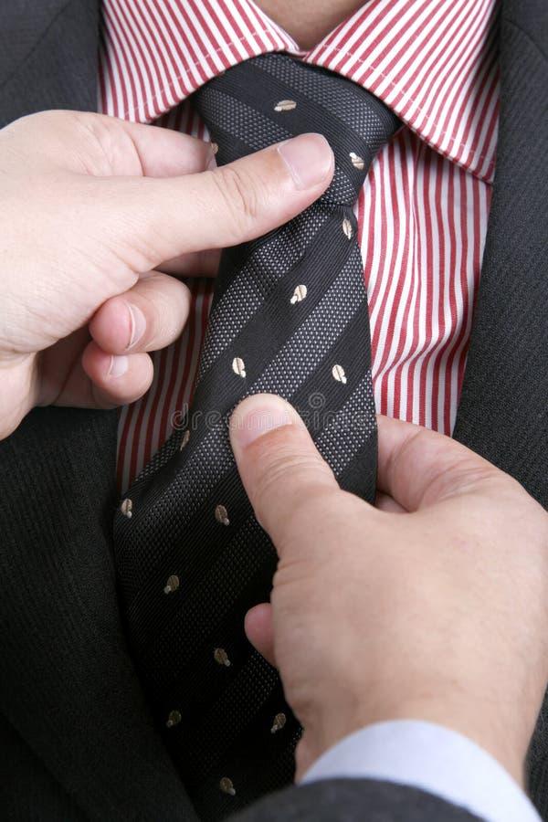 Hombre que ajusta el suyo lazo? fotos de archivo libres de regalías