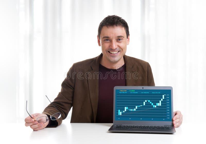 Hombre que analiza el gráfico del mercado de acción imágenes de archivo libres de regalías