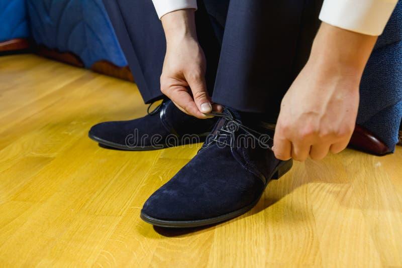 Hombre que ata el negro, zapatos de charol imágenes de archivo libres de regalías