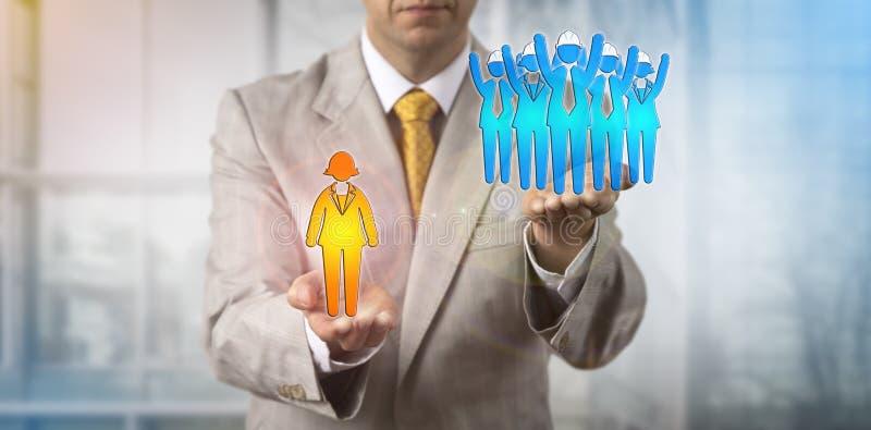 Hombre que aumenta el cuello azul Team Above Female Manager imágenes de archivo libres de regalías