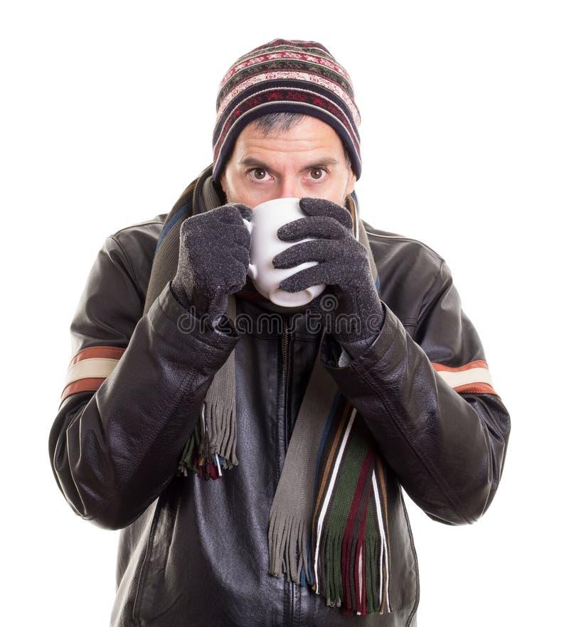 Hombre que bebe la bebida caliente para permanecer caliente fotos de archivo