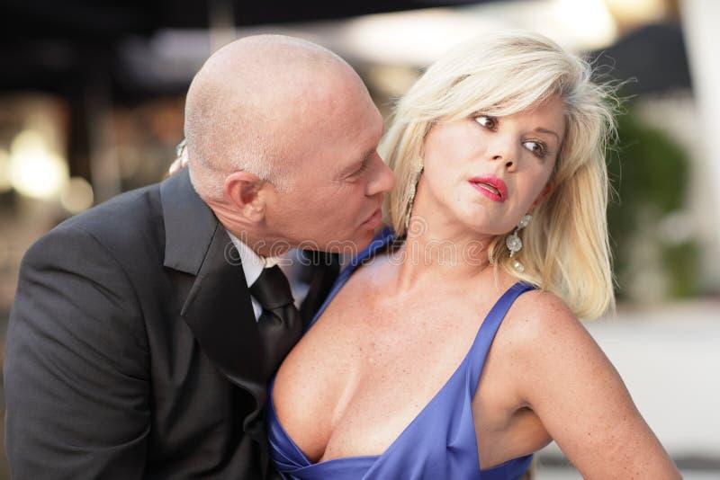 Hombre que besa el cuello de la mujer fotos de archivo libres de regalías