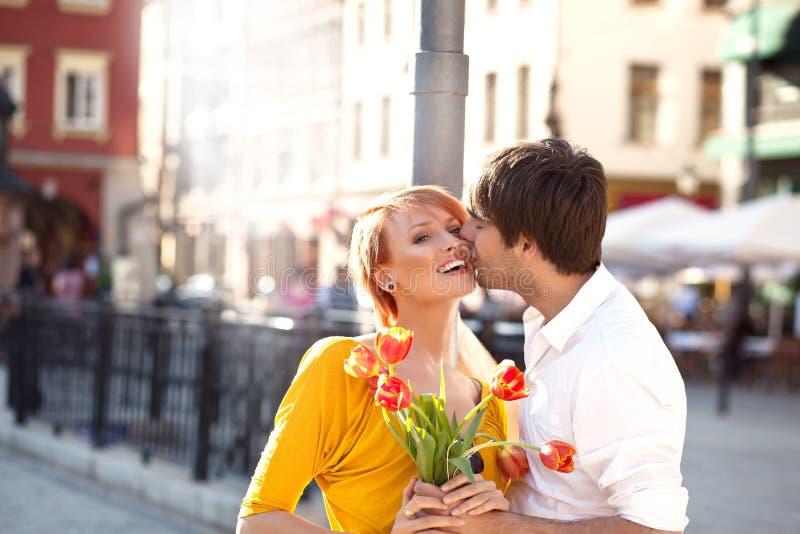 hombre que besa a la muchacha hermosa imagen de archivo