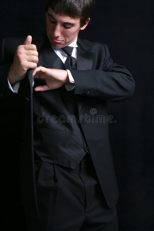 Hombre que busca sus bolsillos del Tux   foto de archivo libre de regalías