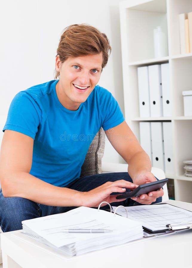 Hombre que calcula sus cuentas imagen de archivo libre de regalías