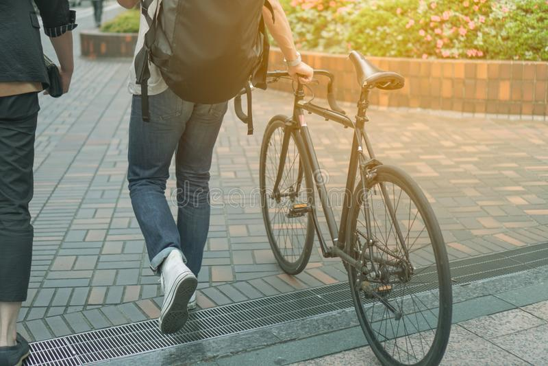 Hombre que camina con la bicicleta en manera de la trayectoria fotografía de archivo libre de regalías