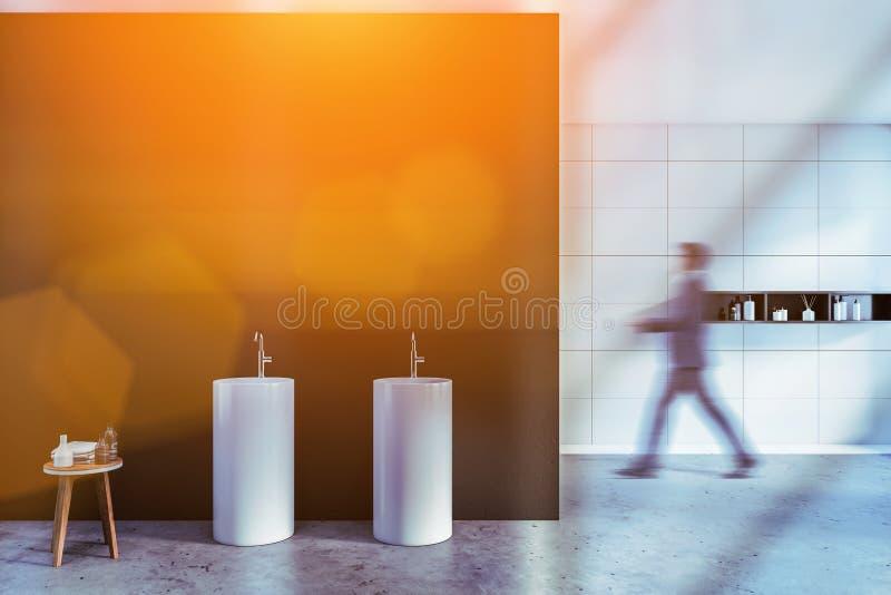 Hombre que camina en cuarto de baño espacioso del balneario con el fregadero imagen de archivo