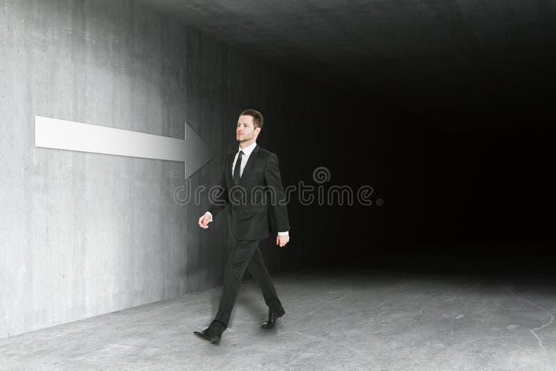 Hombre que camina en interior sucio ilustración del vector