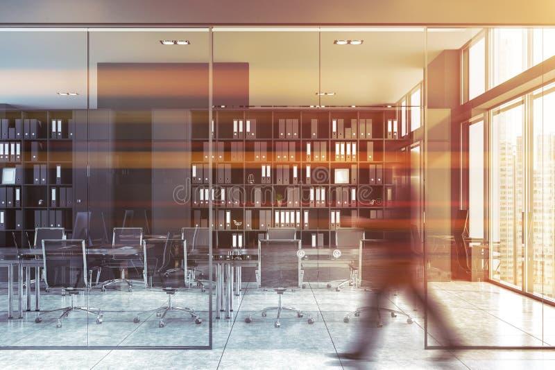 Hombre que camina en oficina gris con la sala de reunión imágenes de archivo libres de regalías