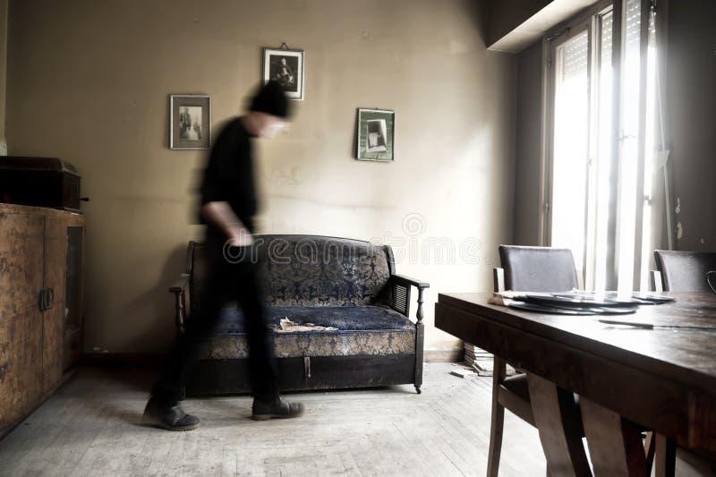 Hombre que camina en un cuarto foto de archivo libre de regalías