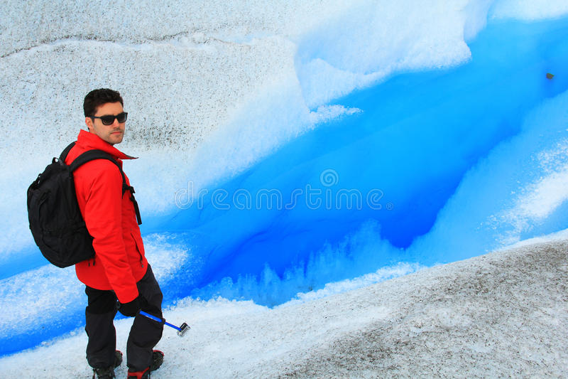 Hombre que camina en un glaciar fotos de archivo libres de regalías
