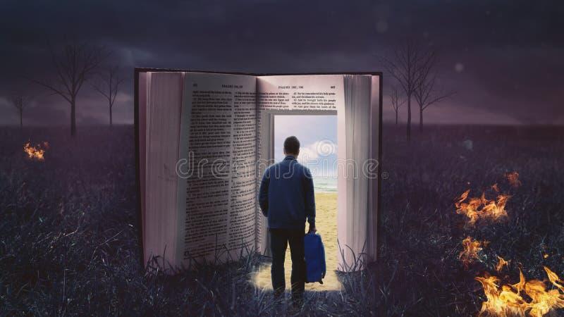 Hombre que camina a través de la biblia abierta fotografía de archivo libre de regalías