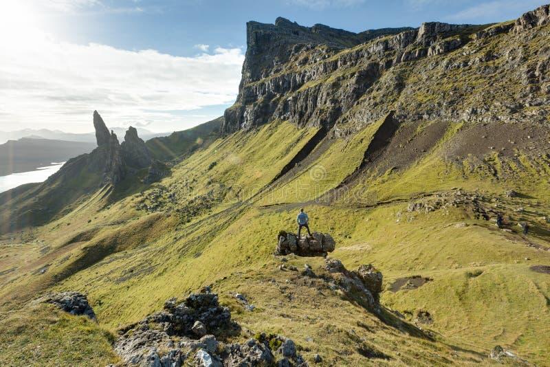 Hombre que camina a través de las montañas escocesas foto de archivo