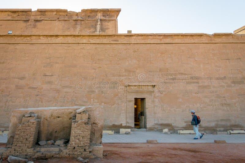 Hombre que camina a través del interior del templo de Edfu Egipto abril de 2019 foto de archivo libre de regalías