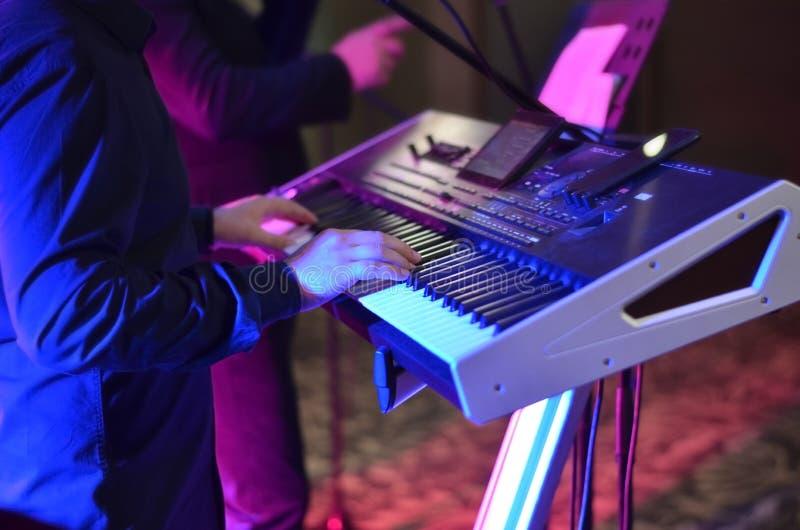 Hombre que canta en un sintetizador electrónico fotografía de archivo