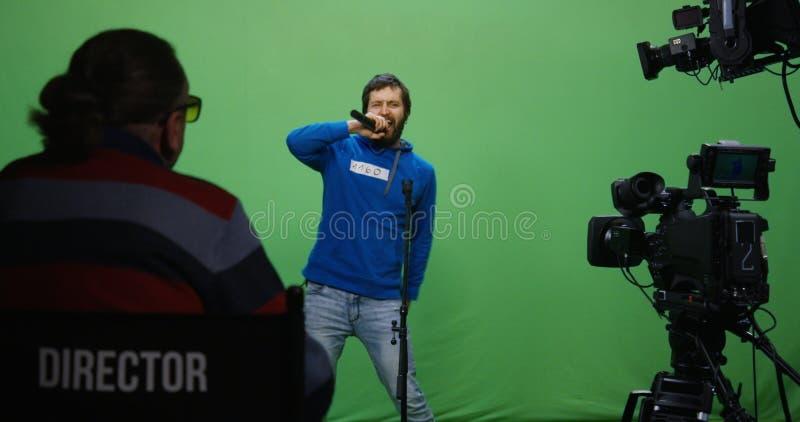 Hombre que canta en una audición foto de archivo