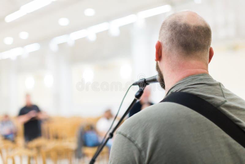 Hombre que canta y que toca la guitarra acústica fotos de archivo